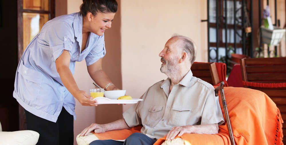 como contratar um cuidador de idosos