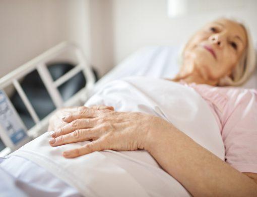 Entenda como evitar escaras em idosos