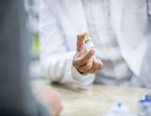 Pessoa analisando tipos de insulina